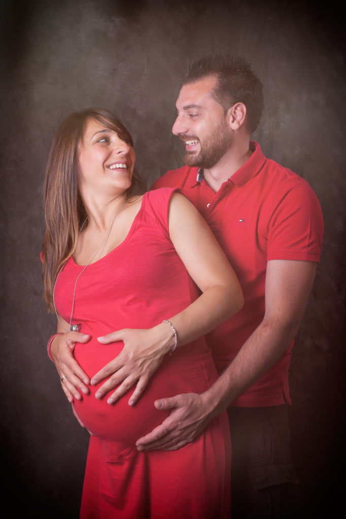 """<img src =""""(Ale e Roby).jpg alt = abbraccio uomo e donna maternità incinta vestito rosso amore""""/>"""