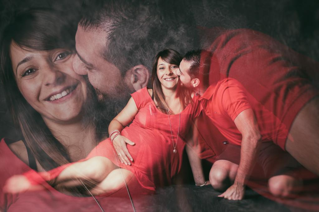 """<img src =""""(Ale e Roby).jpg alt = bacio uomo e donna seduti vetiti rossi amternià pancione amore""""/>"""
