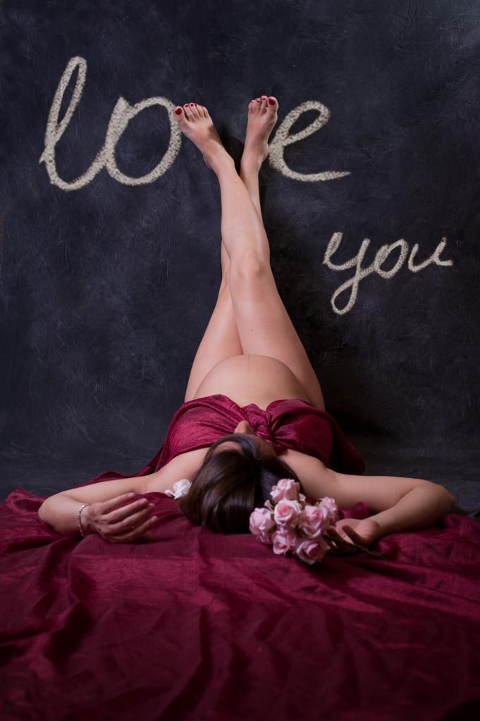"<img src =""(Alessandra).jpg alt =donna incinta velo rosso sdraiata love you scritta""/>"