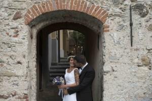 """<img src=""""(Dani&giu).jpg alt=foto di coppia giorno del matrimonio sotto un portico""""/>"""
