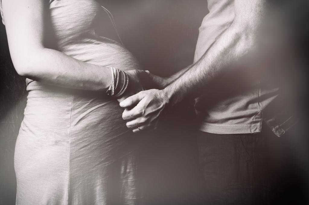 """<img src =""""(Ale e Roby).jpg alt = difronte uomo e donna bainco e nero mani pancione maternità""""/>"""