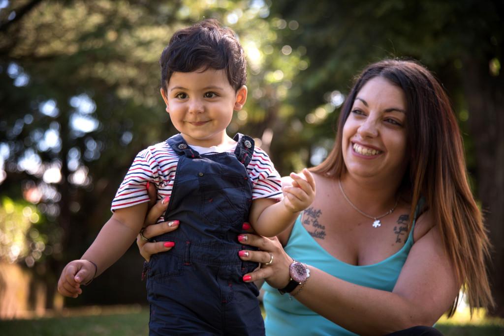 """<img src=""""(Dylan).jpg alt=ritratto di famiglia mamma e figlio al parco""""/>"""
