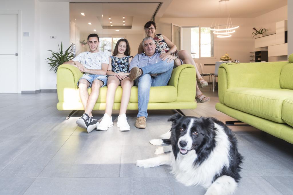 """<img src=""""(Hero).jpg alt=ritratto di famiglia a casa con il cane""""/>"""